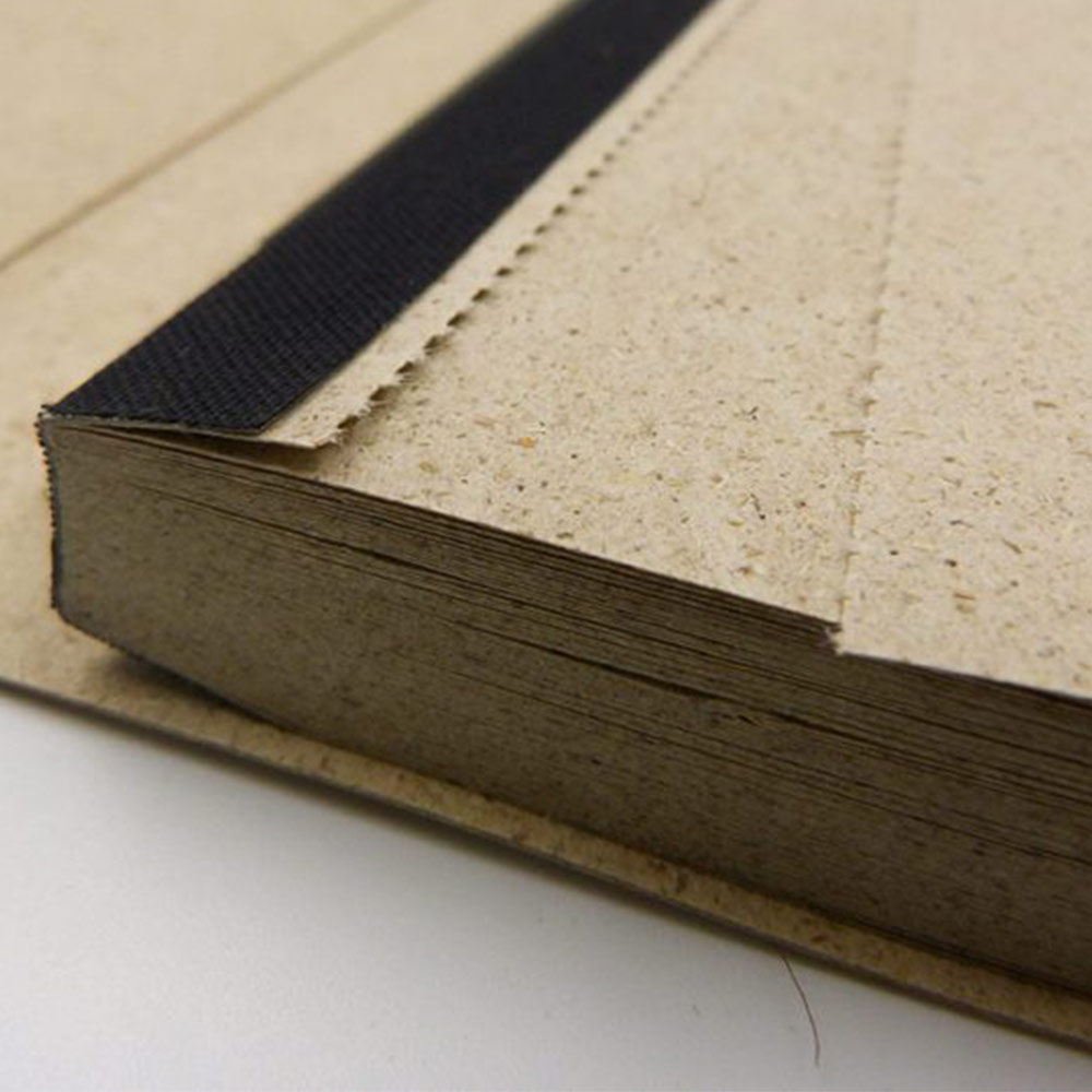 Perforation des Graspapiers im Notizbuch von Matabooks